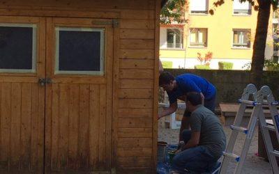 Fünf Väter verpassten dem Gartenhaus einen neuen Anstrich